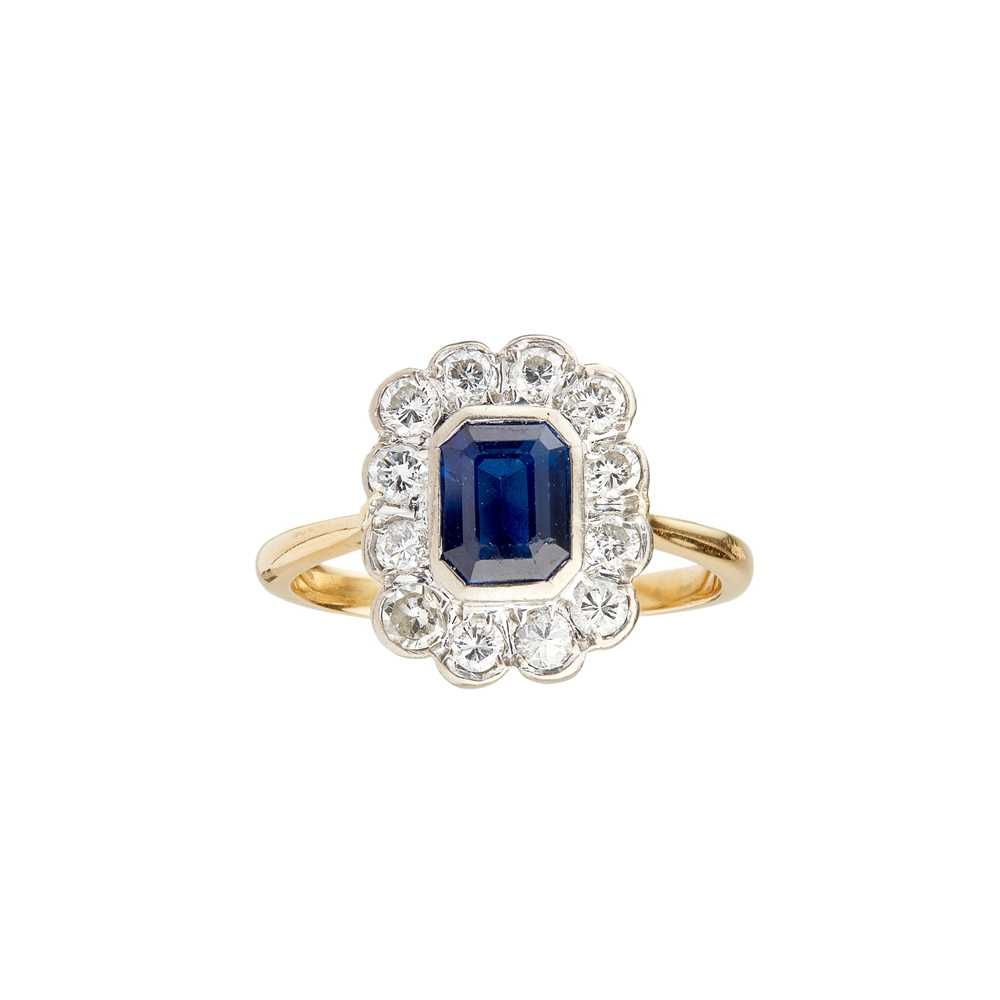 Lot 40 - A sapphire and diamond set cluster ring