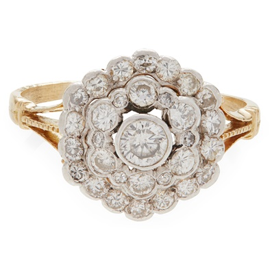 Lot 16 - A diamond set cluster ring