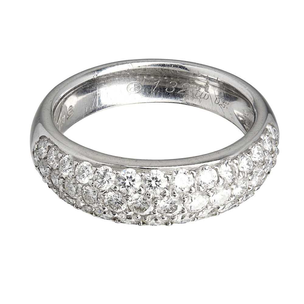 Lot 23-A pavé set diamond ring