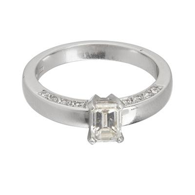 Lot 107 - A single stone diamond ring