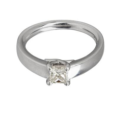 Lot 112 - A single stone diamond ring