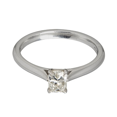 Lot 30 - A single stone diamond ring