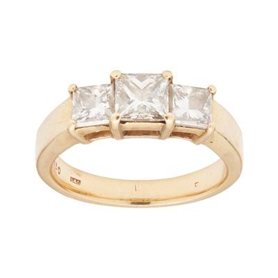 Lot 32 - A three stone diamond ring