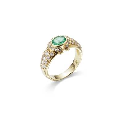 Lot 10-An emerald and diamond ring