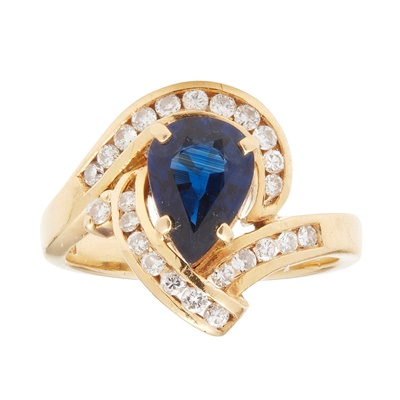 Lot 102 - A sapphire and diamond ring