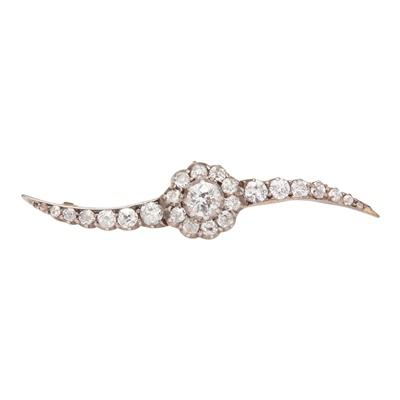 Lot 114 - A diamond set bar brooch
