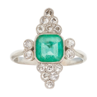 Lot 39 - An emerald and diamond set ring