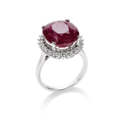 Lot 87 - A ruby and diamond cluster ring