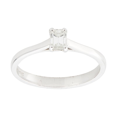 Lot 21-A single stone diamond ring
