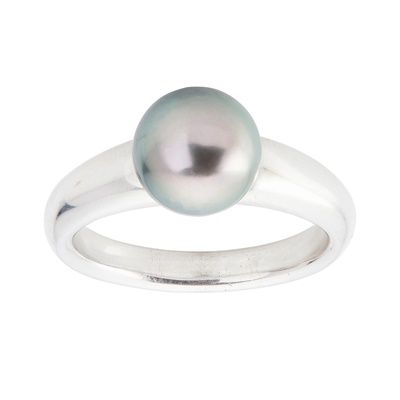 Lot 129 - A Tahitian pearl set ring