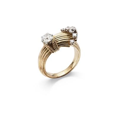 Lot 38 - A diamond dress ring
