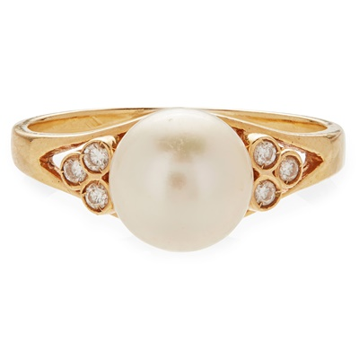 Lot 142 - A pearl and diamond set ring