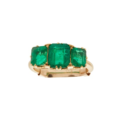 Lot 98 - A three stone Colombian emerald set ring