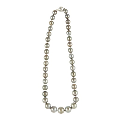 Lot 39 - A Tahitian pearl necklace