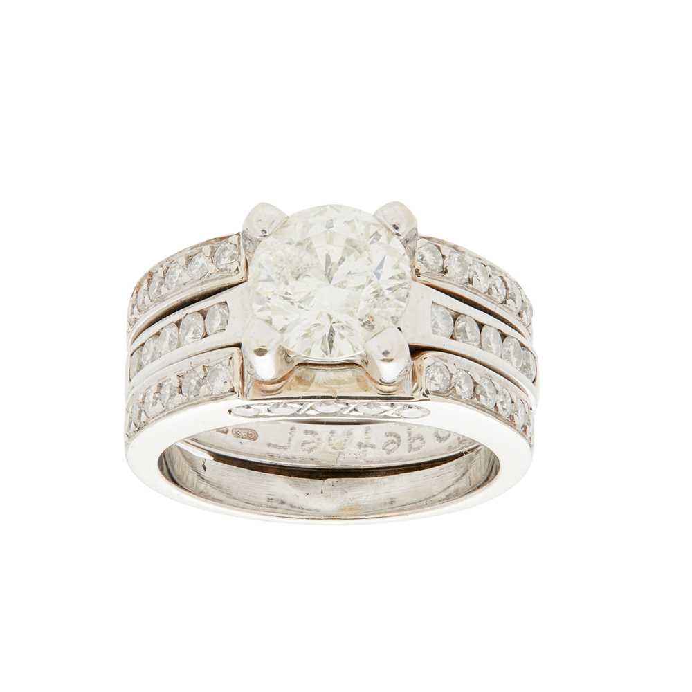 Lot 62 - A single stone diamond set ring and fitted band