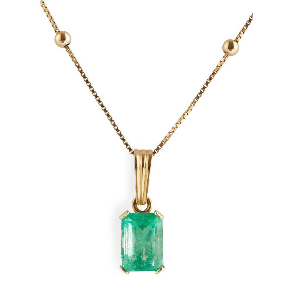 Lot 64 - An emerald set pendant