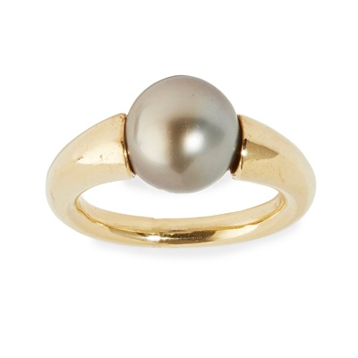 Lot 38 - A Tahitian pearl set ring
