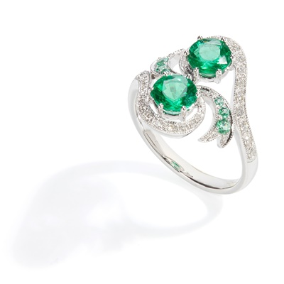 Lot 67 - Am emerald and diamond twist ring