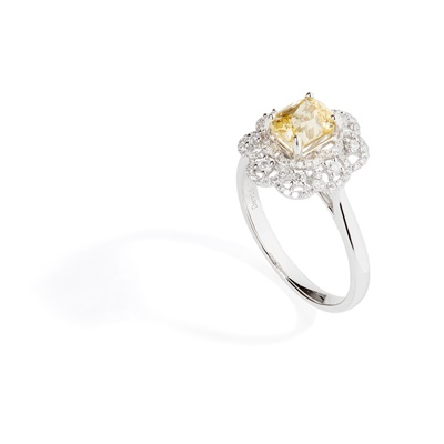 Lot 81 - A yellow sapphire and diamond cluster ring