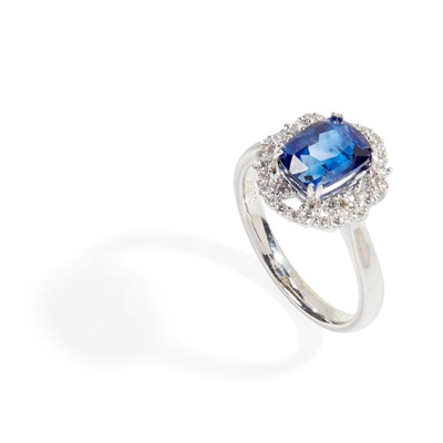 Lot 84 - A sapphire and diamond set cluster ring