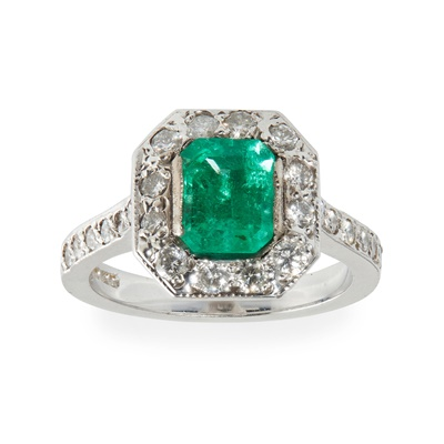 Lot 85 - An emerald and diamond set cluster ring