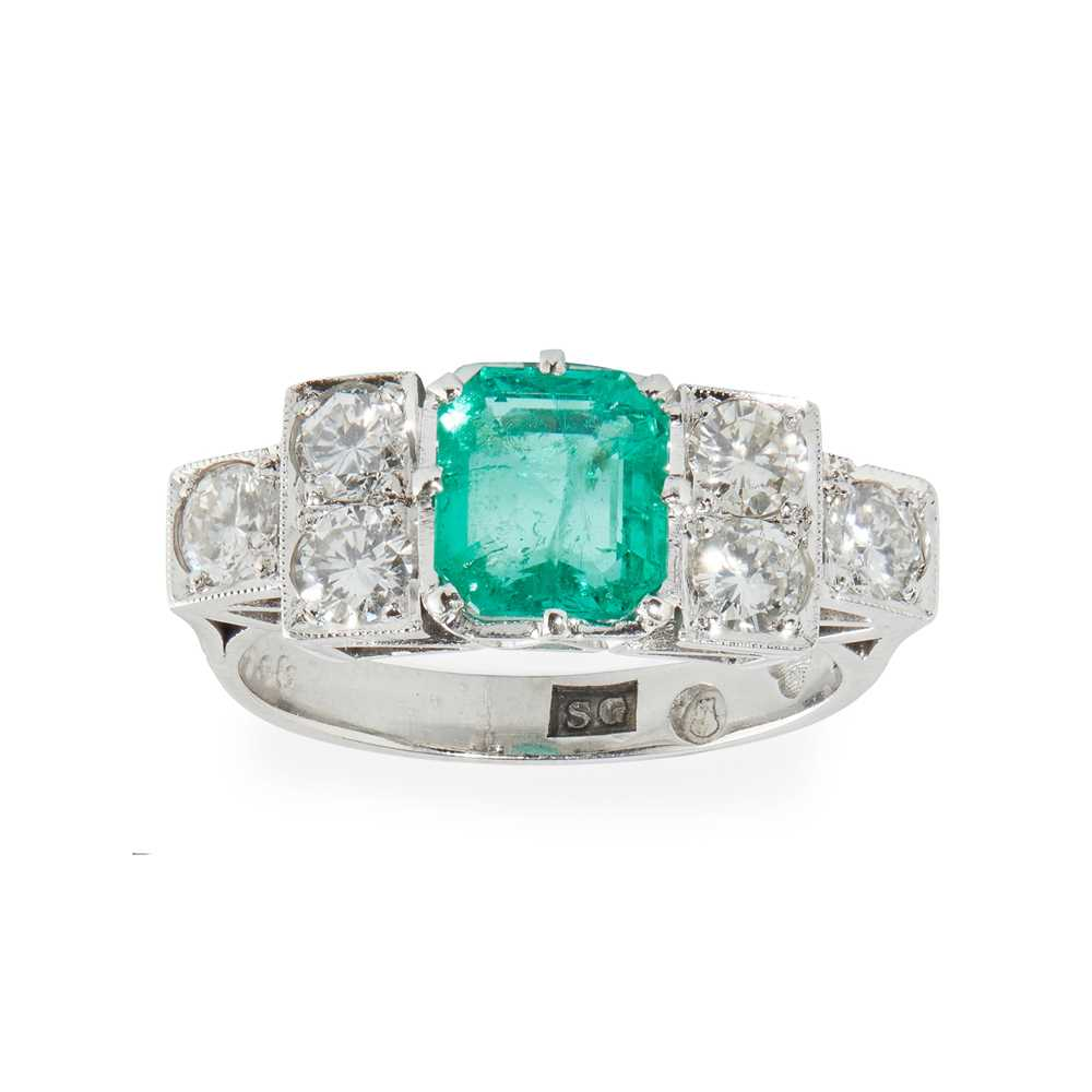 Lot 87 - A Colombian emerald and diamond set ring