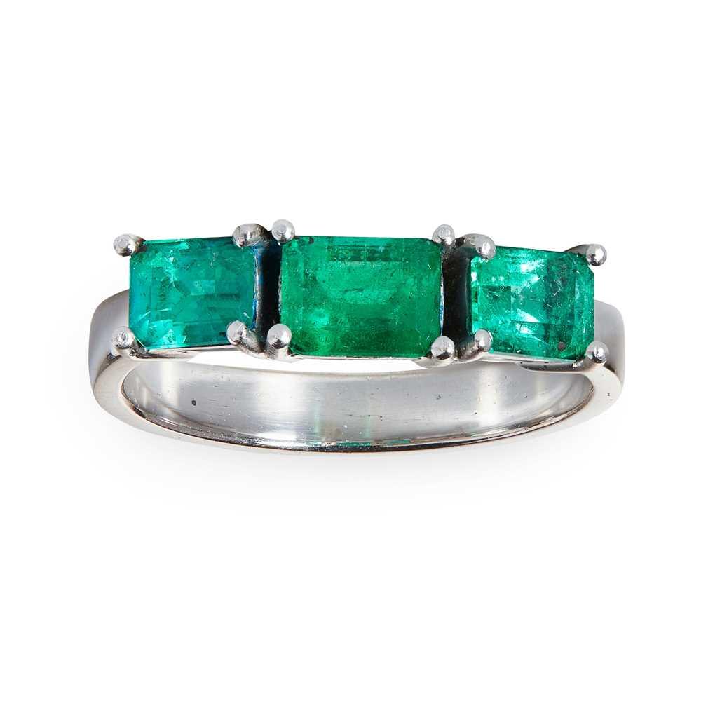 Lot 65 - An emerald three-stone ring