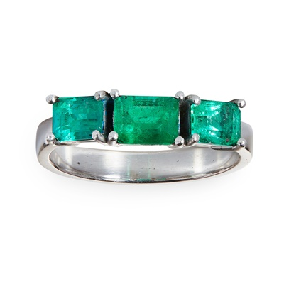 Lot 65 - An emerald three-stone ring