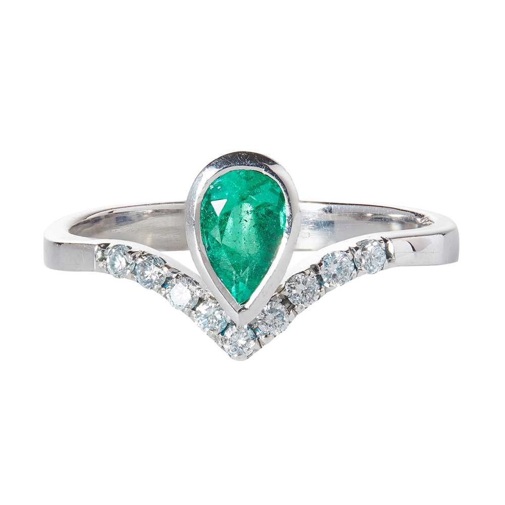 Lot 88 - An emerald and diamond set ring
