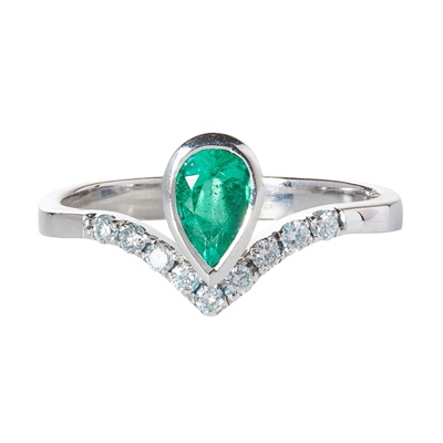 Lot 88 - An emerald and diamond set ring