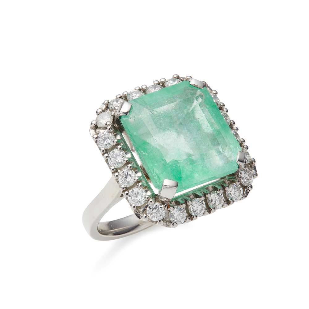 Lot 67 - An emerald and diamond cluster ring