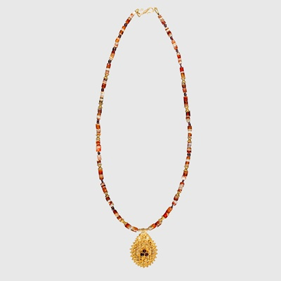 Lot 29 - HELLENISTIC AGATE NECKLACE WITH GOLD PENDANT