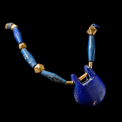 Lot 56 - WESTERN ASIATIC LAPIS AND GOLD PENDANT NECKLACE