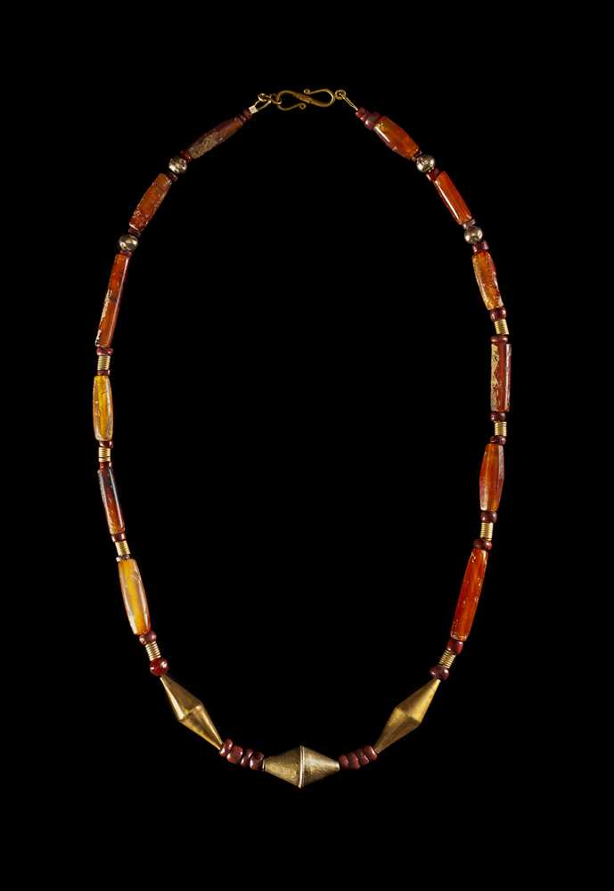 Lot 61 - NEAR EASTERN CARNELIAN AND GOLD NECKLACE