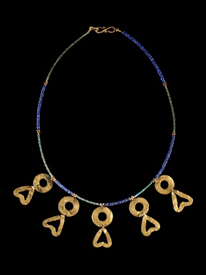 Lot 63 - WESTERN ASIATIC LAPIS LAZULI NECKLACE WITH GOLD PENDANTS