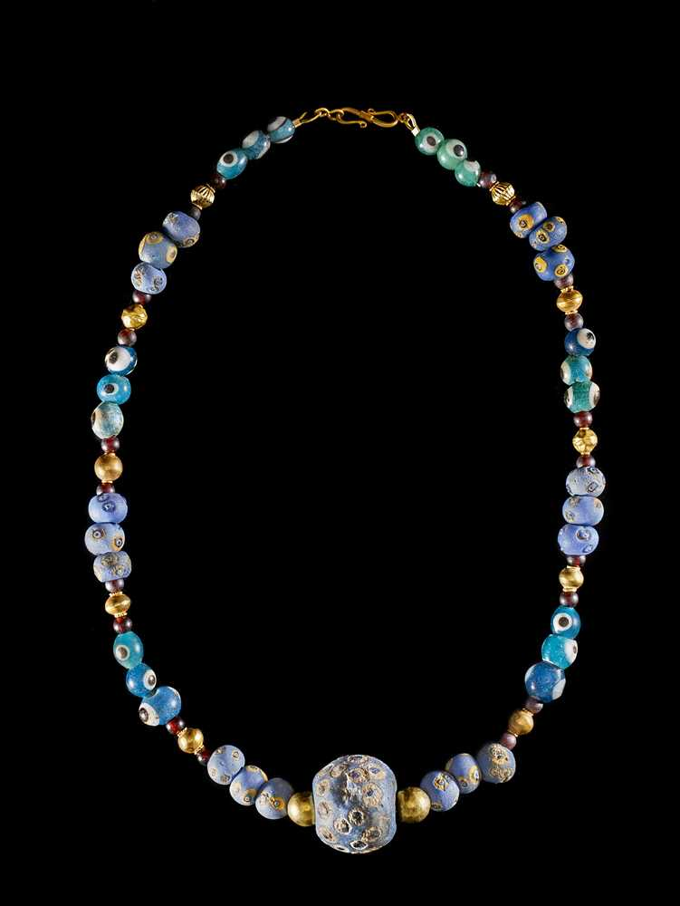 Lot 55 - PHOENICIAN EYE GLASS AND GOLD BEAD NECKLACE