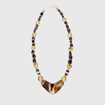 Lot 60 - WESTERN ASIATIC AGATE, GOLD AND GARNET NECKLACE