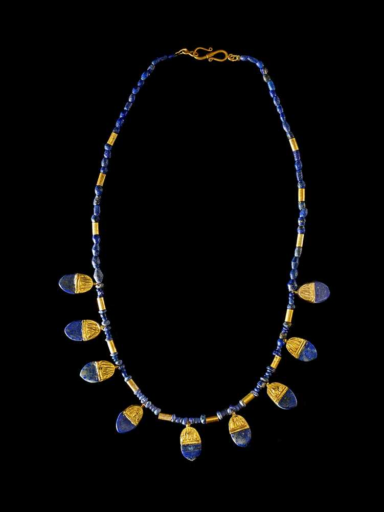Lot 58 - WESTERN ASIATIC LAPIS NECKLACE WITH GOLD PENDANTS