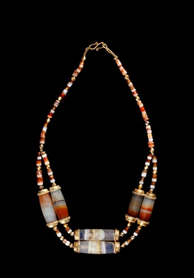 Lot 64 - WESTERN ASIATIC BANDED AGATE AND GOLD BEAD NECKLACE
