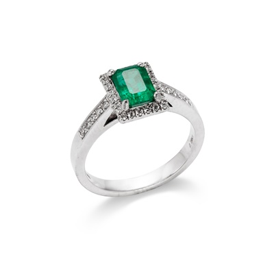 Lot 59 - An emerald and diamond ring