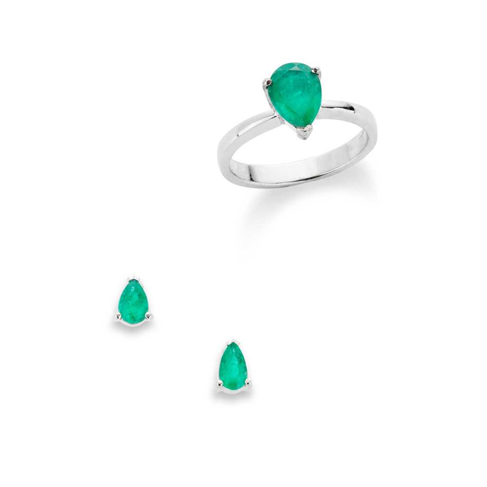 Lot 65 - An emerald single-stone ring and pair of earrings