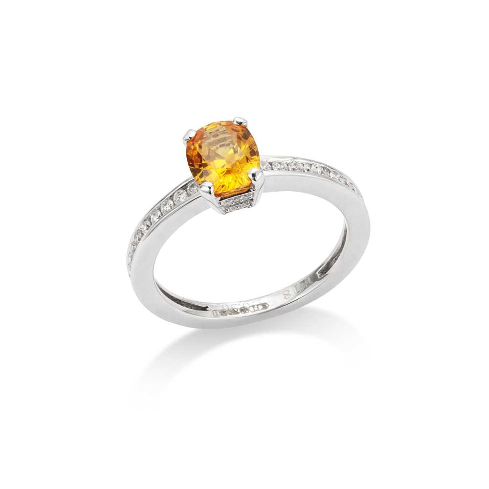 Lot 30 - A yellow sapphire and diamond ring