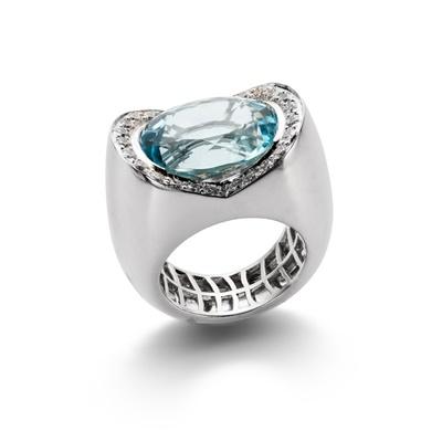 Lot 99 - An aquamarine and diamond dress ring