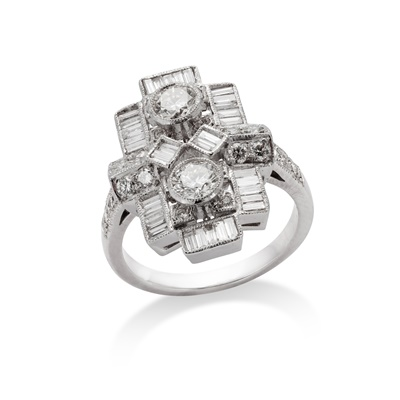 Lot 92 - A diamond dress ring