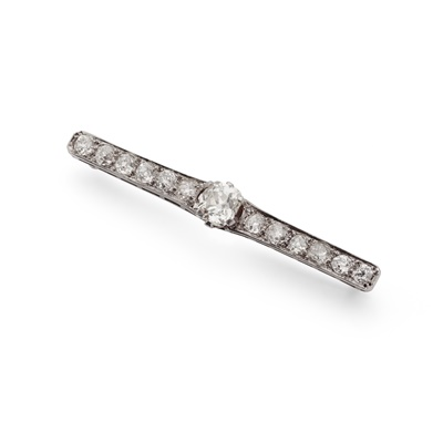 Lot 125 - An early 20th century diamond bar brooch