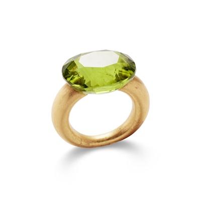 Lot 43 - A peridot single-stone ring