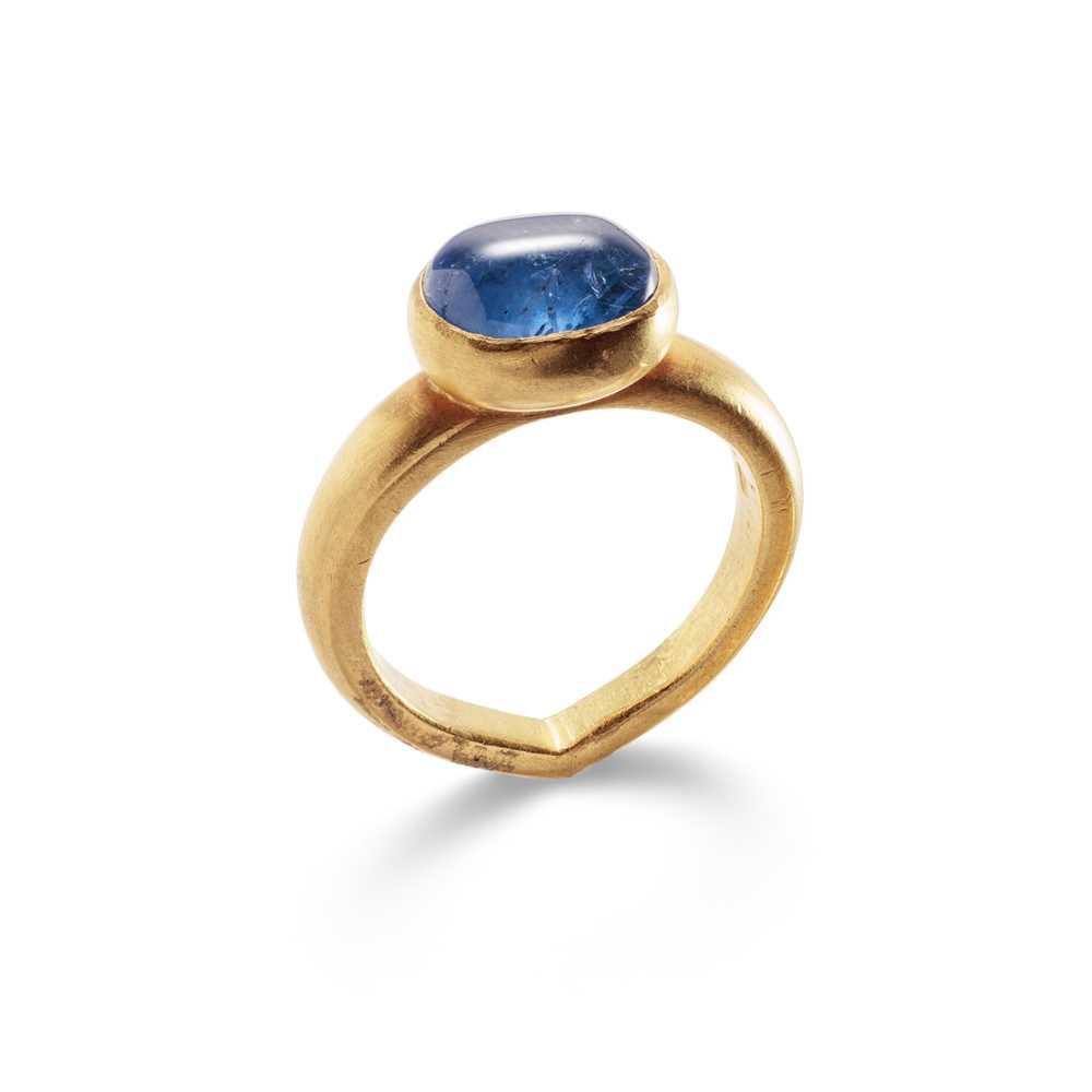 Lot 53 - A sapphire single-stone ring
