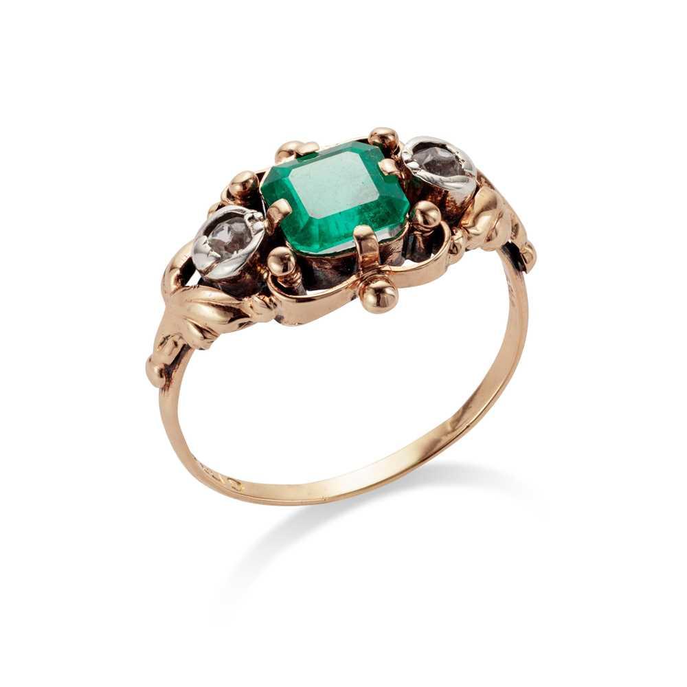 Lot 22 - A mid 20th century emerald ring, circa 1945