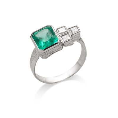 Lot 121 - An emerald and diamond ring
