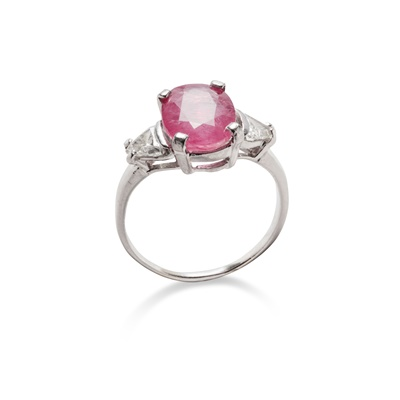 Lot 31 - A ruby and diamond ring